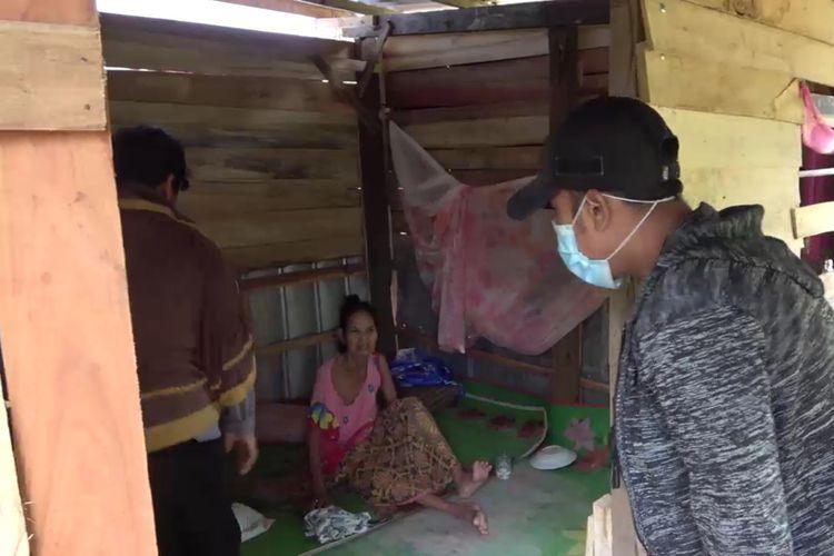 Gubuk berukuran 2 x 2 meter dihuni oleh seorang nenek yang menderita lumpuh setelah dibuang oleh anak anaknya. Rabu, (30/12/2020).