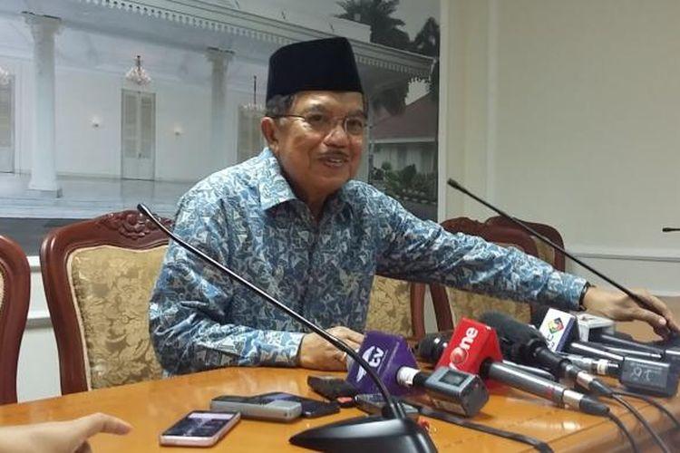 Wakil Presiden Jusuf Kalla, dalam konferensi pers di Istana Wakil Presiden, Jakarta, Jumat (17/7/2015).