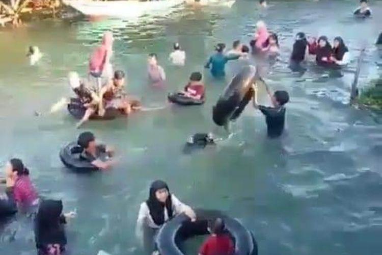 Video viral warga Tanah Bumbu, Kalimantan Selatan, berenang di air banjir berwarna jernih seperti kolam renang.