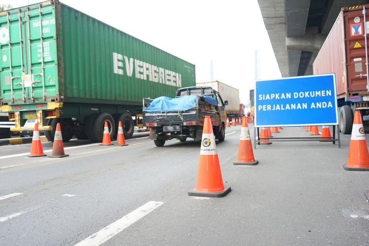 Kondisi jalan tol pada masa pelarangan mudik Lebaran 2021.