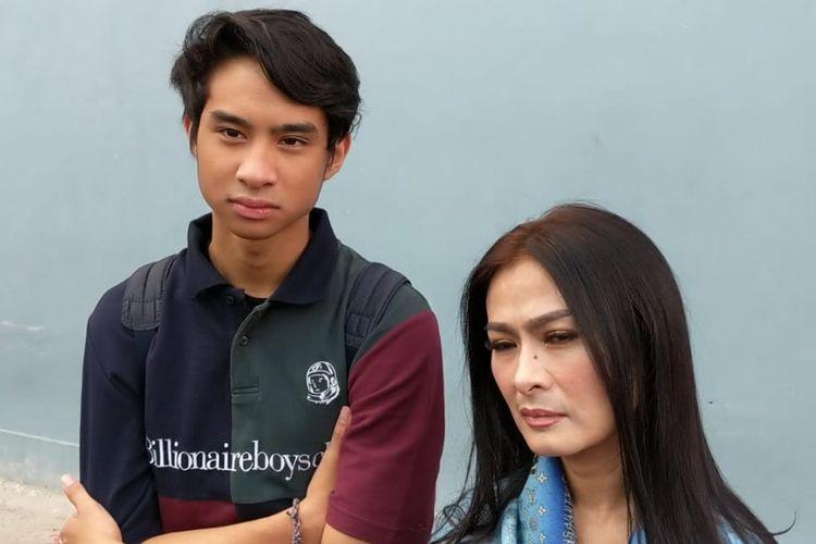 Pedangdut Iis Dahlia dan putranya Devano Danendra saat ditemui usai tampil di salah satu acara stasiun televisi swasta di kawasan Mampang, Jakarta Selatan, Jumat (19/4/2019).