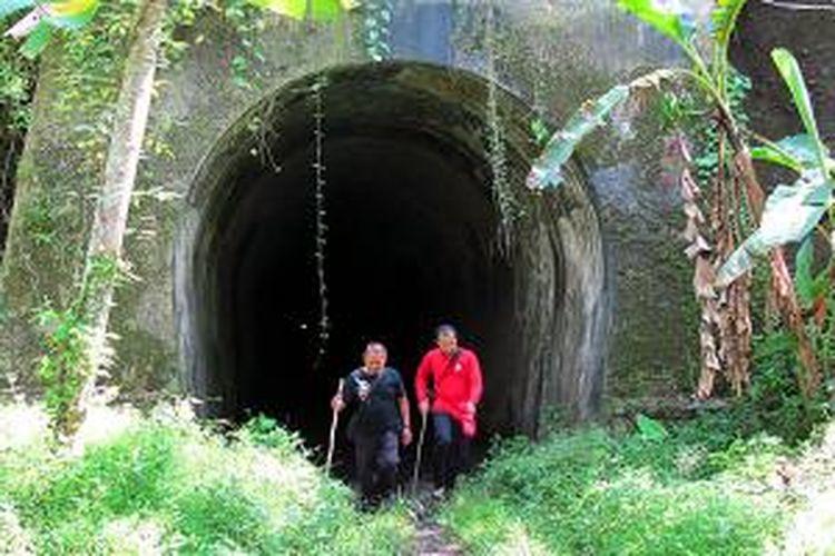 Terowongan Wilhelmina sepanjang 1.116 meter di Kabupaten Pangandaran, Jawa Barat, merupakan terowongan kereta api terpanjang di Indonesia. Terowongan yang dibangun pada 1911-1914 itu sekarang telantar karena jalur kereta api Banjar-Pangandaran yang melintasinya ditutup dan relnya dijarah.