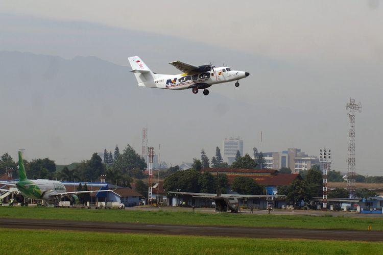 Pesawat N219 yang diterbangkan Captain Esther Gayatri Saleh melakukan Uji Terbang Perdana di Landasan Pacu Bandara Husein Sastranegara, Bandung, Jawa Barat, Rabu (16/8/2017). Purwarupa pesawat pertama N219 hasil karya anak bangsa ini terbang perdana setelah mendapatkan Certificate of Airworthiness dari Direktorat Kelaikudaraan dan Pengoperasian Pesawat Udara (DKUPPU) Kementerian Perhubungan. N219 merupakan pesawat penumpang kapasitas 19 penumpang, berteknologi Avionik, untuk dioperasikan memenuhi kebutuhan masyarakat di wilayah terpencil.