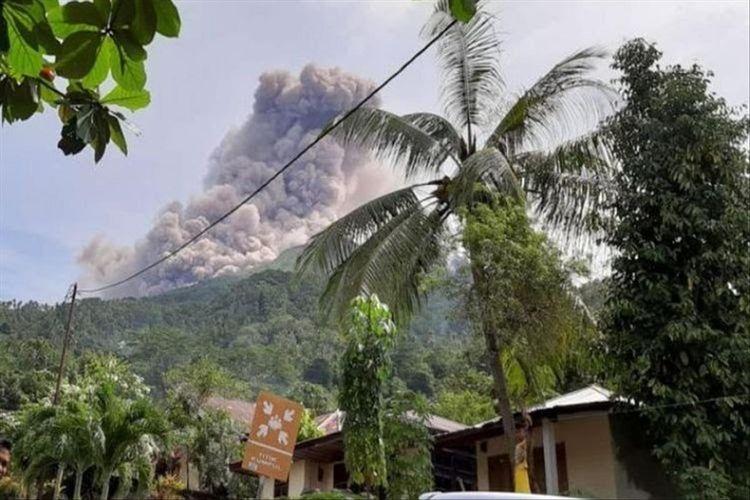 Gunung Karangetang di Kabupaten Kepulauan Siau Tagulandang Biaro (Sitaro), Sulawesi Utara, menyemburkan abu vulkanik pada Kamis (20/12/2018) lalu.