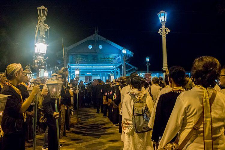 Peserta Kirab Malam Selikuran Keraton Surakarta Memasuki Masjid Agung.