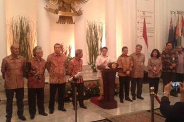 Menteri Luar Negeri Retno Lestari Priansari Marsudi, bersama jajaran pejabat eselon satu Kementerian Luar Negeri, saat menggelar konferensi pers di Kantor Kemenlu, Jalan Pejambon, Jakarta Pusat, Rabu (29/10/2014).
