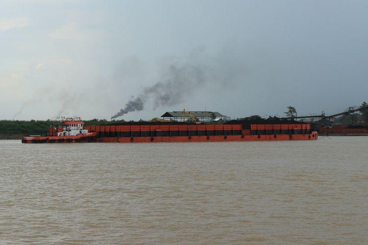 PT Nan Riang saat melakukan pemuatan batu bara di Sungai Batangari tanpa adanya pelindung pada alat conveyor perusahaan saat melakukan bongkar muat batubara