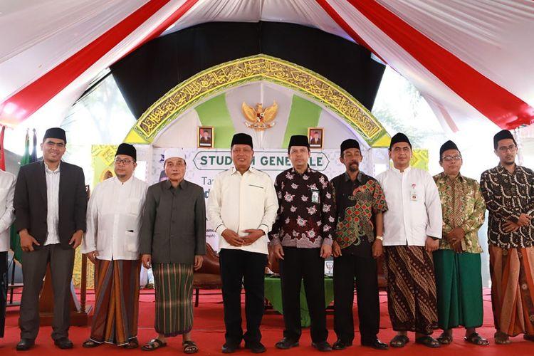 Menteri Riset, Teknologi dan Pendidikan Tinggi Mohamad Nasir saat mengunjungi Sekolah Tinggi Agama Islam (STAI) Al-Anwar Sarang, Rembang (28/9/2019).