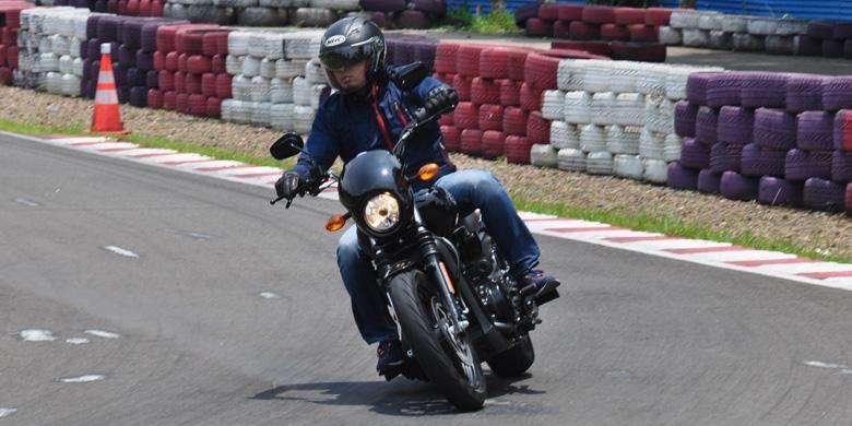 Saat menikung, sepeda motor terasa sangat stabil berkat setelan suspensi yang pas.