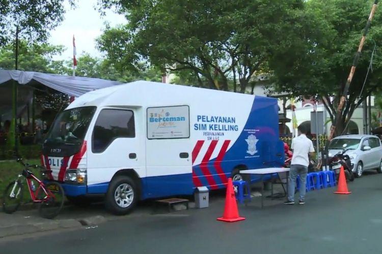 Pelayanan SIM keliling di tetap beroperasi di depan Gereja Catharina, Ceger, Cipayung, Jakarta Timur, Selasa (25/12/2018)