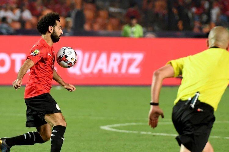 Mohamed Salah tengah mengontrol bola dengan dadanya pada pertandingan Mesir vs Rep Demokratik Kongo dalam fase grup Piala Afrika 2019 di Kairo, 26 Juni 2019.