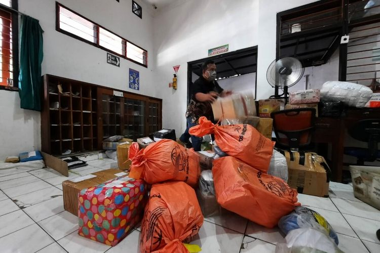 Paket yang datang di Kantor Pos Wonosari, Gunungkidul Jumat (7/5/2021)