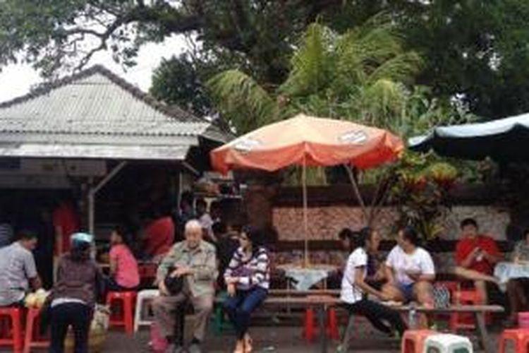 Sejumlah warga antre untuk bisa menikmati nasi campur di Sanur, Denpasar, Bali, Minggu (27/7/2014).