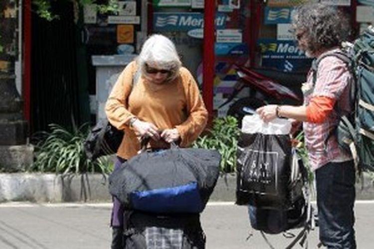 Wisatawan mancanegara tiba di Jalan Jaksa, Jakarta Pusat untuk mencari tempat menginap, Kamis (3/1/2013). Menurut data Badan Pusat Statistik, kunjungan wisatawan mancanegara ke Indonesia bulan November 2012 mencapai 693,9 ribu orang, naik 5,94 persen dibanding November 2011.
