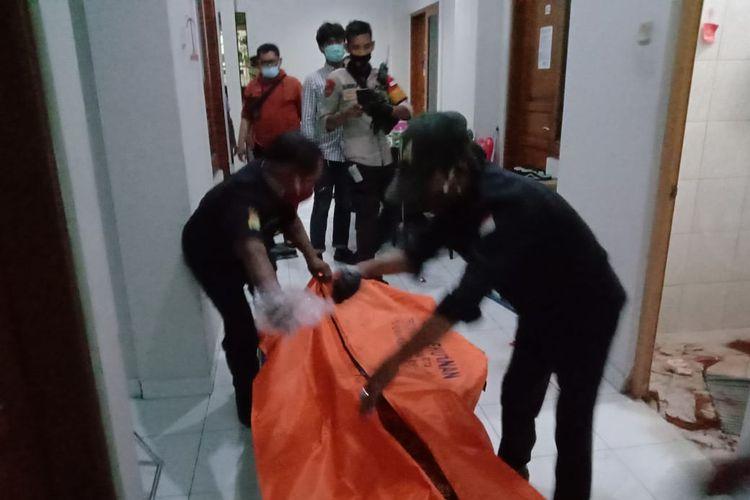 Proses evakuasi jenazah perempuan paruh baya yang ditemukan meninggal dunia di kamar mandi sebuah indekos di kawasan Tebet, Jakarta Selatan.