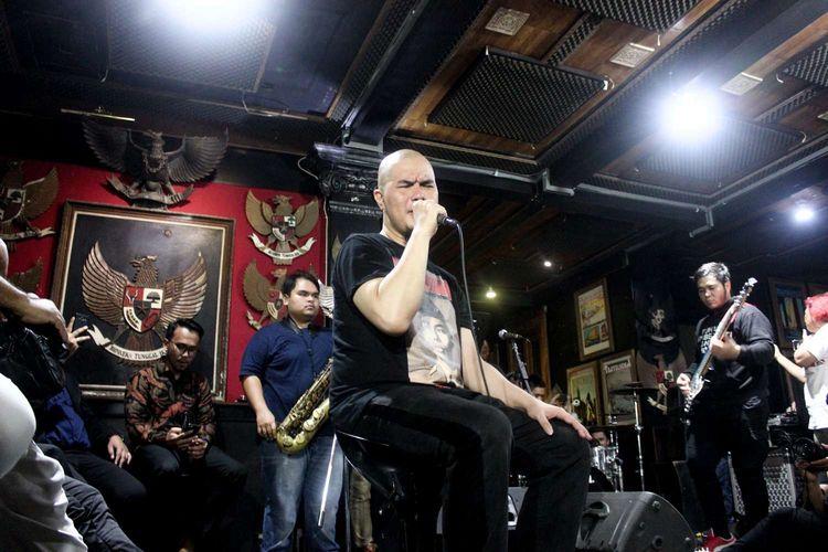 Ahmad Dhani saat latihan band  di Studio Republik Cinta,Pondok Indah, Kebayoran Lama, Jakarta, Senin(30/12/2019). Ahmad Dhani akan tampil di Sound Flare Experience 2020 pada Feburuari.