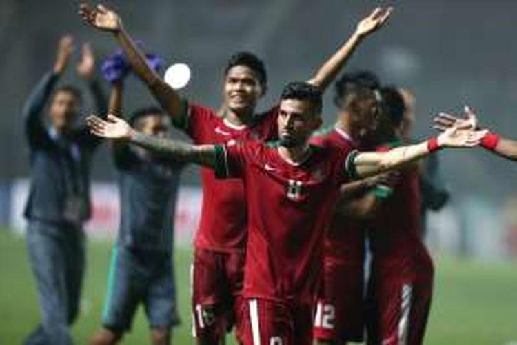 Gelandang tim nasional Indonesia, Stefano Lilipaly, merayakan kemenangan Indonesia atas Thailand, pada babak final pertama Piala AFF 2016, di Stadion Pakansari, Kabupaten Bogor, Rabu (14/12/2016).
