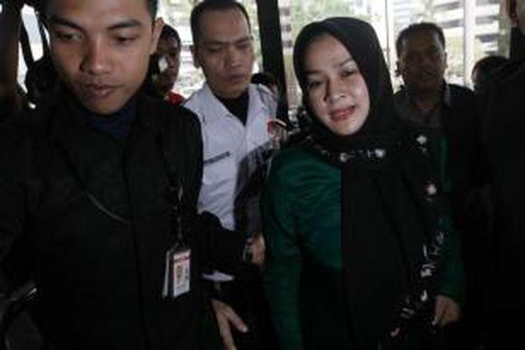 Istri Gubernur Sumatera Utara Gatot Pujo Nugroho, Evy Susanti, tiba di kantor KPK, Jakarta Selatan, Senin (27/7/2015). Evy dan Gatot diperiksa sebagai saksi dalam kasus dugaan suap kepada hakim dan panitera Pengadilan Tata Usaha Negara Medan (PTUN).