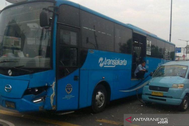 Bus TransJakarta terlibat kecelakaan dengan angkot di Jalan Raya Pemuda, Rawamangun, Pulo Gadung, Jakarta Timur, Selasa (4/8/2020).