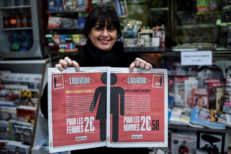 Seorang perempuan Perancis memegang dua versi koran Liberation yang diterbitkan khusus untuk Hari Perempuan Sedunia, Kamis (8/3/2018).