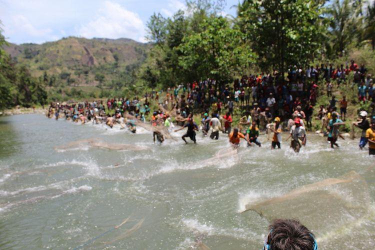 Warga menebarkan jala dalam ritual Magowo di Kolam Libu Watu, Daerah Aliran Sungai (DAS) Welibo, Desa Welibo, Kecamatan Lamboya, Kabupaten Sumba Barat, Pulau Sumba, Nusa Tenggara Timur (NTT).