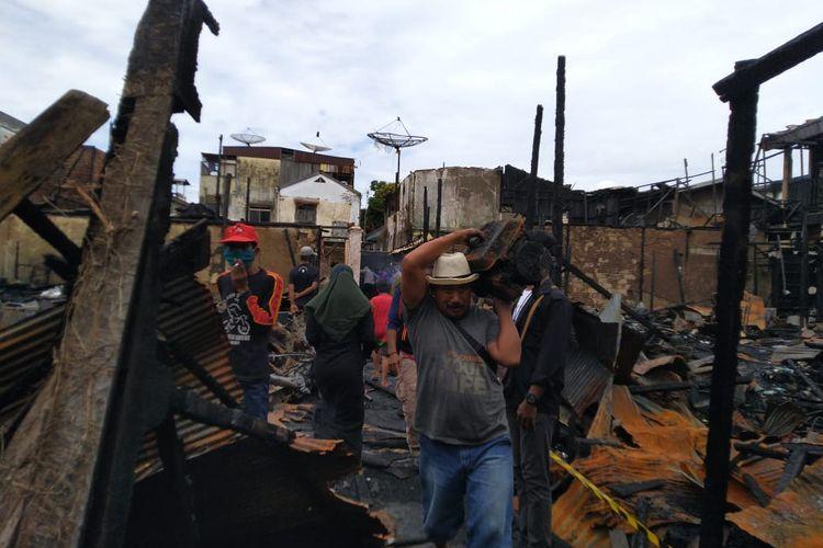 Korban terdampak kebakaran membersihkan sisa rumahnya yang terbakar di RT 18 dan 19 Jalan Agus Salim, Kota Samarinda, Kamis (6/8/2020).