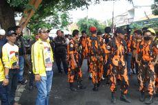 Massa Pro dan Kontra Keputusan KPUD Tangerang Saling Berhadapan