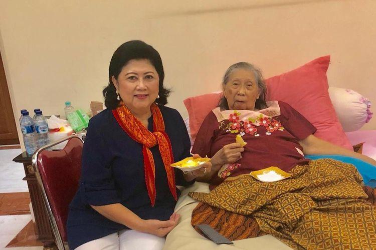 Ani Yudhoyono bersama ibundanya, Sunarti Sri Hadiyah atau biasa disapa Ibu Ageng,