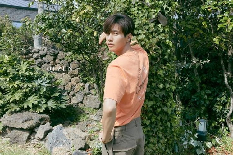 Aktor asal Korea Selatan Won Bin berpose untuk busana merek OLZEN.