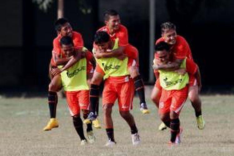 Sejumlah pesepak bola Persija Jakarta berlatih di Lapangan Mako Brimob, Kelapa Dua, Depok, Jawa Barat, Kamis (8/1/2015).