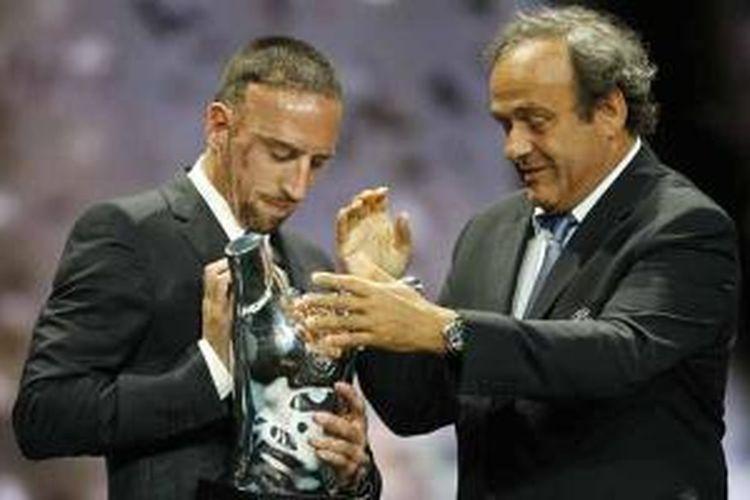 """Presiden UEFA Michel Platini (kanan) memberikan trofi """"UEFA Best Player in Europe 2012/2013 Award"""" kepada pemain Perancis, Franck Ribery, dalam malam penganugerahan di Monaco, Kamis (29/8/2013), setelah pengundian pembagian grup fase grup Liga Champions."""