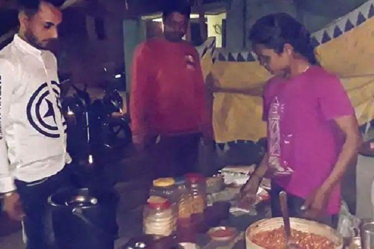 Mamta Tuddu, seorang atlet panahan India ketika melayani pembeli. Dia dilaporkan harus menjual gorengan demi bertahan hidup saat wabah Covid-19 melanda.