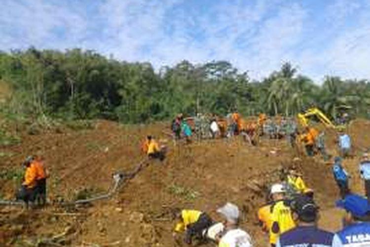 Proses evakuasi didusun Caok, Desa Karangrejo, kecamatan Loano, Purworejo, Senin (20/6/2016) pagi kembali dilanjutkan. Didusun ini ada 16 korban longsor, 9 ditemukan meninggal dunia, 1 orang selamat dan 6 belum ditemukan.