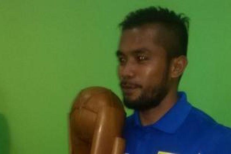 Zulham Zamrun dengan trofi Piala Presiden, Minggu (18/10/2015).