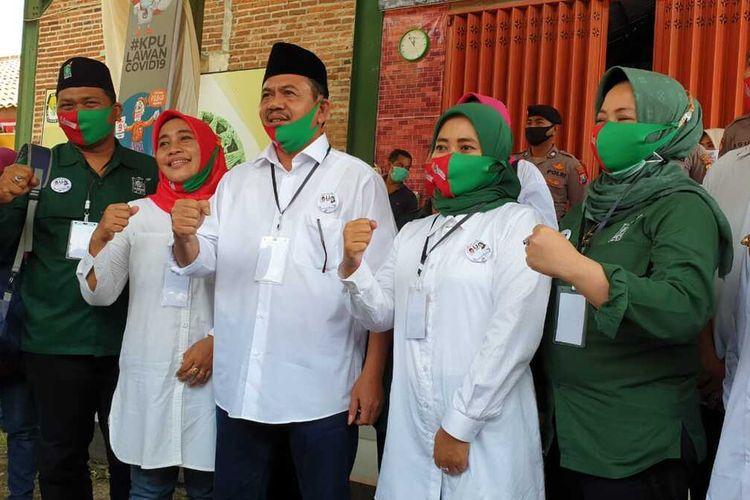 Pungkasiadi - Titik Masudah usai mendaftarkan diri sebagai pasangan bakal calon bupati dan wakil bupati dalam Pilkada Kabupaten Mojokerto, Jawa Timur, Minggu (6/9/2020).