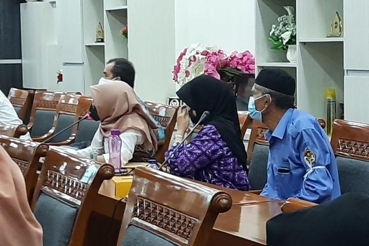Seorang calon siswa (jilbab coklat muda) menangis saaf audiensi dengan Komisi X DPR RI karena tidak diterima lewat jalur zonasi PPDB DKI