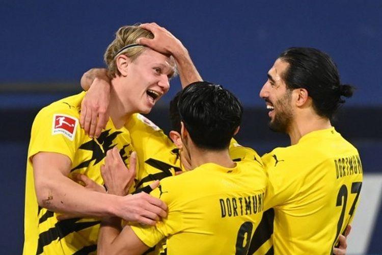Penyerang Borussia Dortmund, Erling Braut Haaland, merayakan gol ke gawang Schalke 04 pada laga lanjutan pekan ke-22 Bundesliga di Stadion Veltins-Arena, Minggu (21/2/2021) dini hari WIB.
