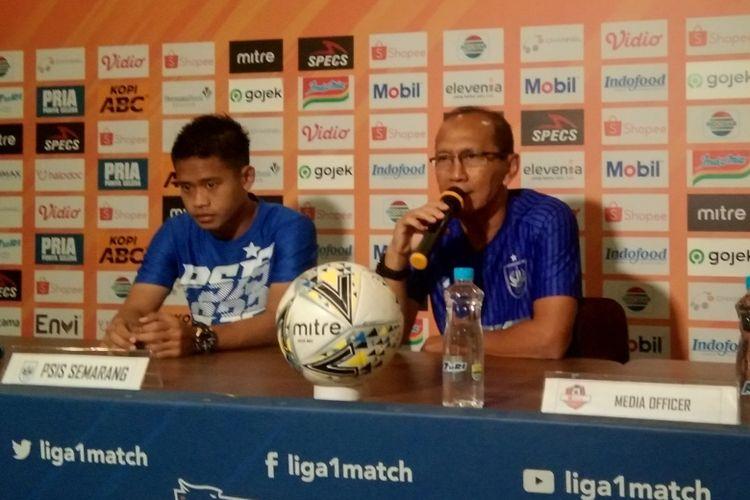 Pelatih PSIS, Bambang Nurdiansyah (kanan), dalam konferensi pers jelang laga melawan Persib, di Graha Persib, Kota Bandung, Selasa (5/11/2019).