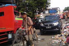 Truk Pengangkut Sampah Beroperasi Pagi Hari Bikin Macet
