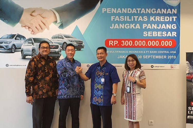 Direktur Utama Wuling Finance Nathan Sun (kedua dari kiri) usai menandatangani perjanjian fasilitas bersama BBCA di Kantor Pusat Wuling Finance, Jakarta, Senin (30/9/2019)