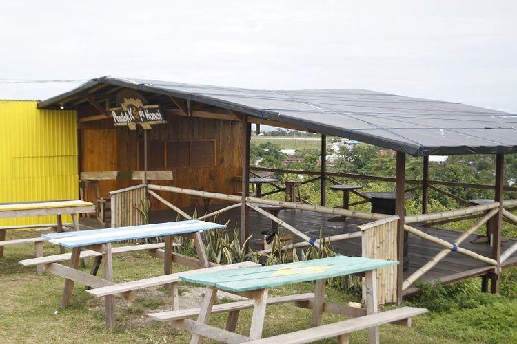 Kafe kopi di obyek wisata Bukit Satu Hati di Pulau Biak, Papua Barat. Dari Bukit Satu Hati, wisatawan bisa melihat landmark Kota Biak seperti Bandara Frans Kaisiepo,  Lanud Manuhua, dan Pelabuhan Laut Biak Kota.