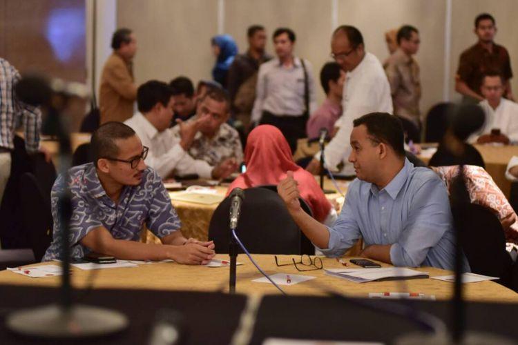 Gubernur-wakil gubernur terpilih DKI Jakarta Anies Baswedan-Sandiaga Uno rapat dengan timnya di Hotel Ambhara, Jakarta Selatan, Senin (12/6/2017).