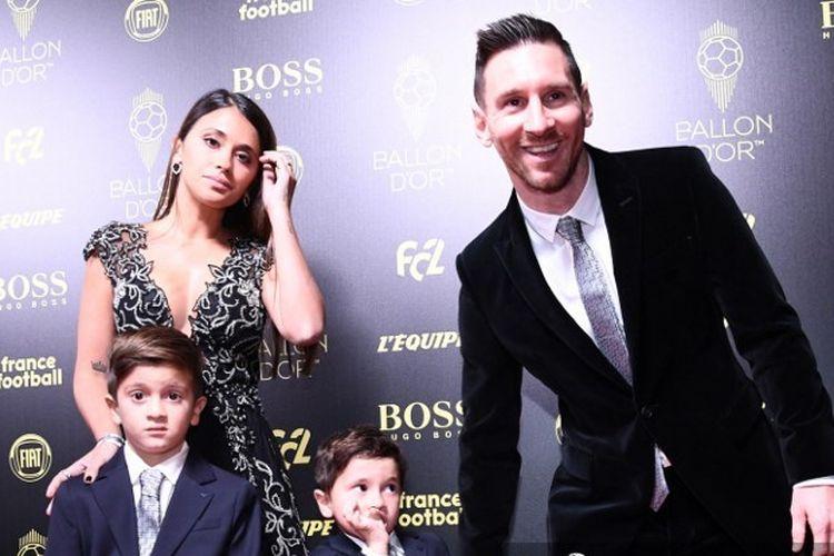 Megabintang Barcelona Lionel Messi (kiri) dan sang istri, Antonella (kanan) dan kedua anaknya, Thiago dan Mateo.