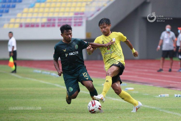 Pemain Barito Putera Rifky Suryawan (kanan) dijaga pemain Tira Persikabo Rifad Marasabessy (kiri) saat laga ketiga babak penyisihan Grup A Piala Menpora 2021 di Stadion Manahan Solo, Selasa (30/03/2021) sore.