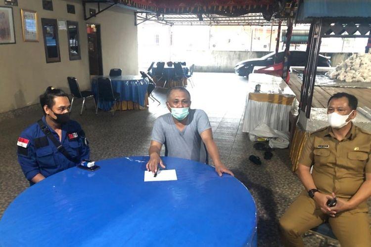 Bupati Konawe Kery Saiful Konggoasa didampingi sekda Konawe dan kakak sulung Apriyani Rahayu saat diwawancara wartawan ( foto istimewa)