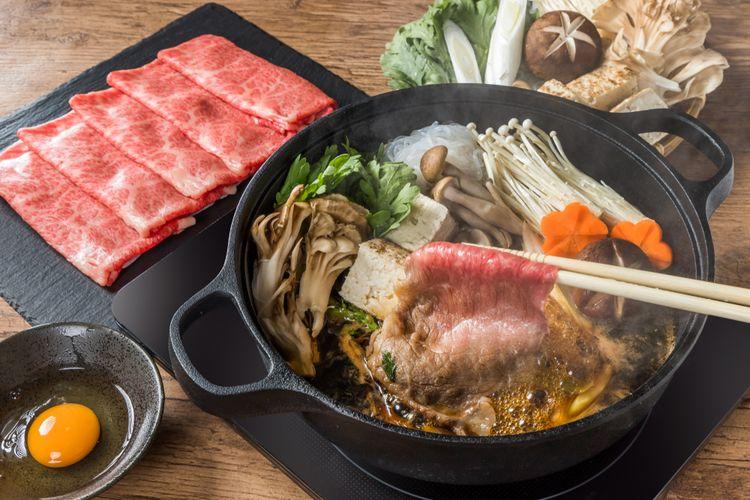 Ilustrasi sukiyaki dengan irisan tipis daging sapi.