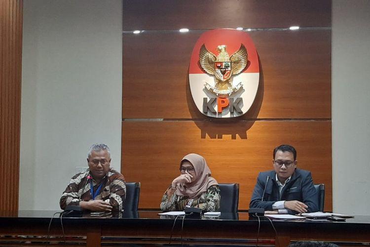 Ketua KPU Arief Budiman (paling kiri) bersama Wakil Ketua KPK Lili Pintauli Siregar dalam konferensi pers di Gedung Merah Putih KPK pada Kamis (9/1/2020) malam.