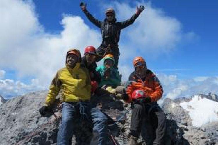 Kelompok pendaki Fit@Fifty atau para pendaki berusia di atas 50 tahun berhasil menjejakkan kaki di Puncak Carstensz Pyramid, Papua, Sabtu (6/6/2015).