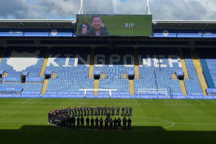 Para pemain Leicester City di Stadion King Power, 30 Oktober 2018, megheningkan cipta atas meninggalnya sang pemilik klub pada kecelakaan helikopter.