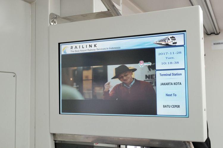 Monitor di setiap gerbong KRL Bandara Soekarno Hatta untuk menampilkan iklan dan tujuan kereta